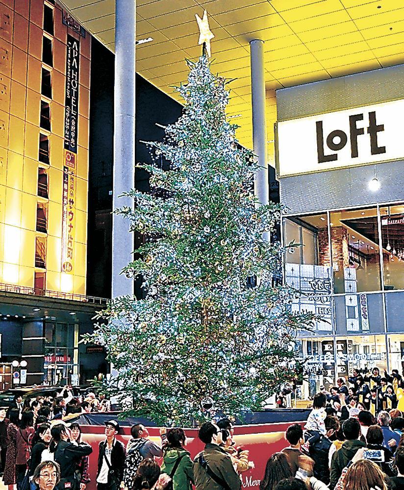 点灯されたクリスマスツリー=片町きらら広場