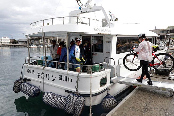 ツアー開始を前に、自転車を観光遊覧船キラリンに積み込む参加者