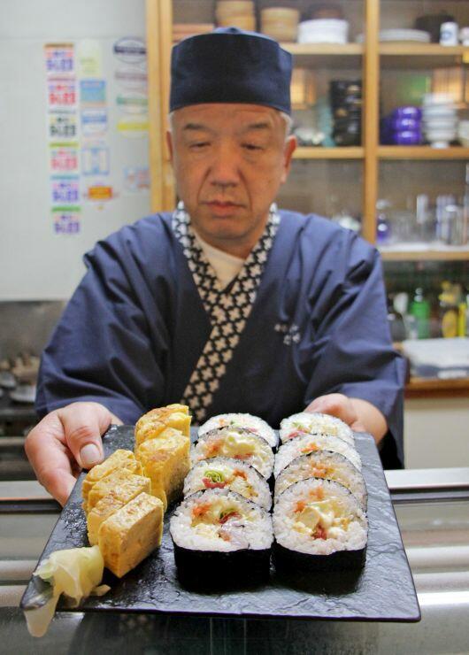 割引サービスを受けられる「寿司・釜めし たつみ」の海鮮サラダ巻とおつまみ玉子焼き=燕市