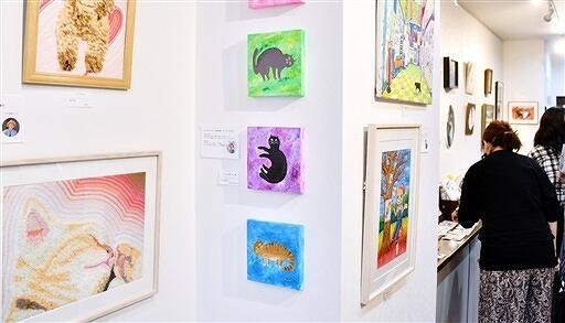 福井県内在住の作家20人による、ネコをテーマにした作品展=11月2日、福井県越前市京町1丁目の「モノカラ」