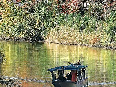 水面に秋映え 加賀・旧大聖寺川