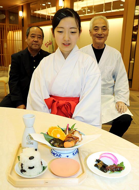 「饗膳の儀」で振る舞われる料理。料理部の宮さん(左)と八塚さん(右)が昭和の「地方饗饌」を参考に作った