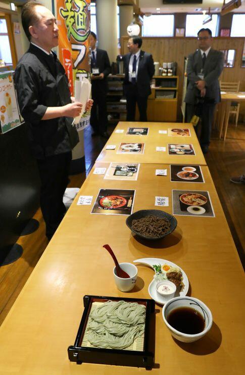 そば店とラーメン店がコラボした「おぢや麺フェス」で販売されるつけそば=小千谷市平沢1