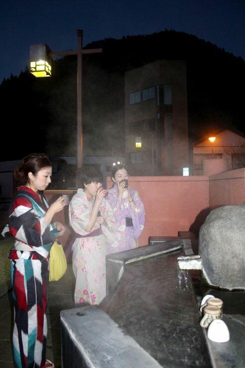 あつみ温泉で、浴衣を着て温泉街を散策する人たち=10月、山形県鶴岡市