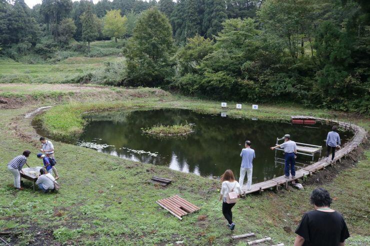 地域住民らが見学に訪れた「火打池」=長岡市小国町法末