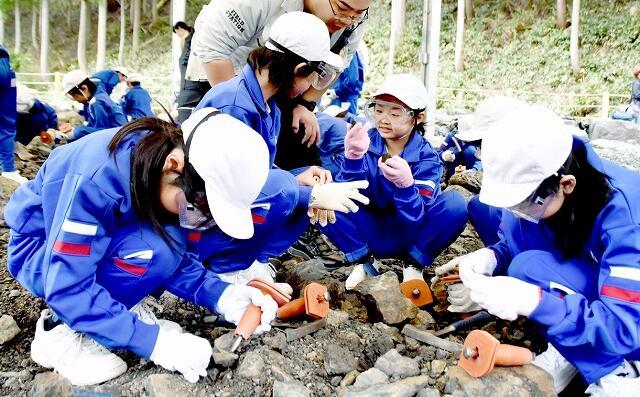 野外恐竜博物館で化石の発掘体験を楽しむ児童