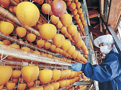 柿色のカーテン鮮やか 志賀でころ柿作り本格化