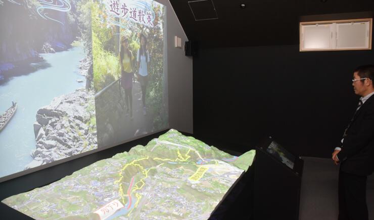 天竜峡一帯の立体模型に地図や見どころを映し出す装置