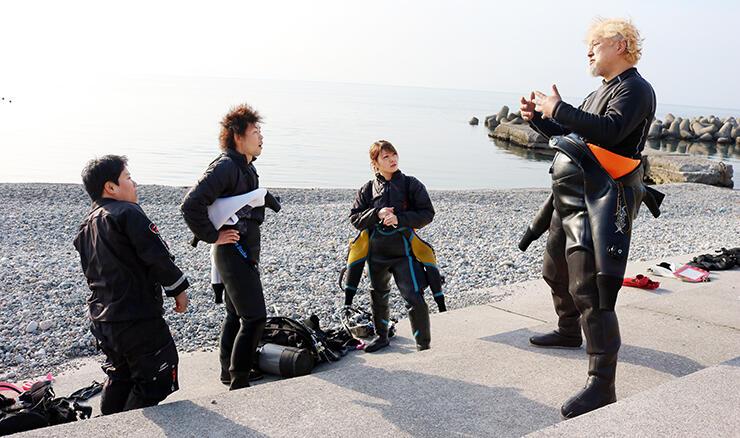 滑川漁港近くのダイビングスポット。木村さん(右)が全国のダイバーを案内している