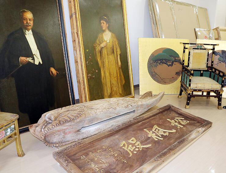 滝さんが寄贈した高峰の肖像画や天井画