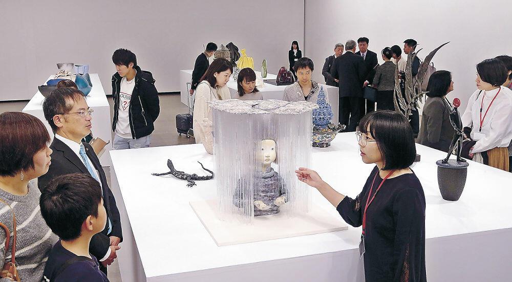 大賞を受けた菅野さんの作品などを鑑賞する来場者=金沢21世紀美術館