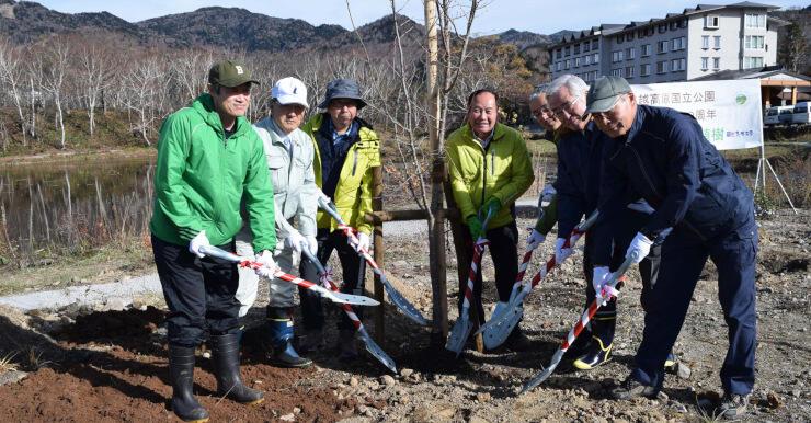 ヤマザクラを記念植樹した竹節町長(中央)ら