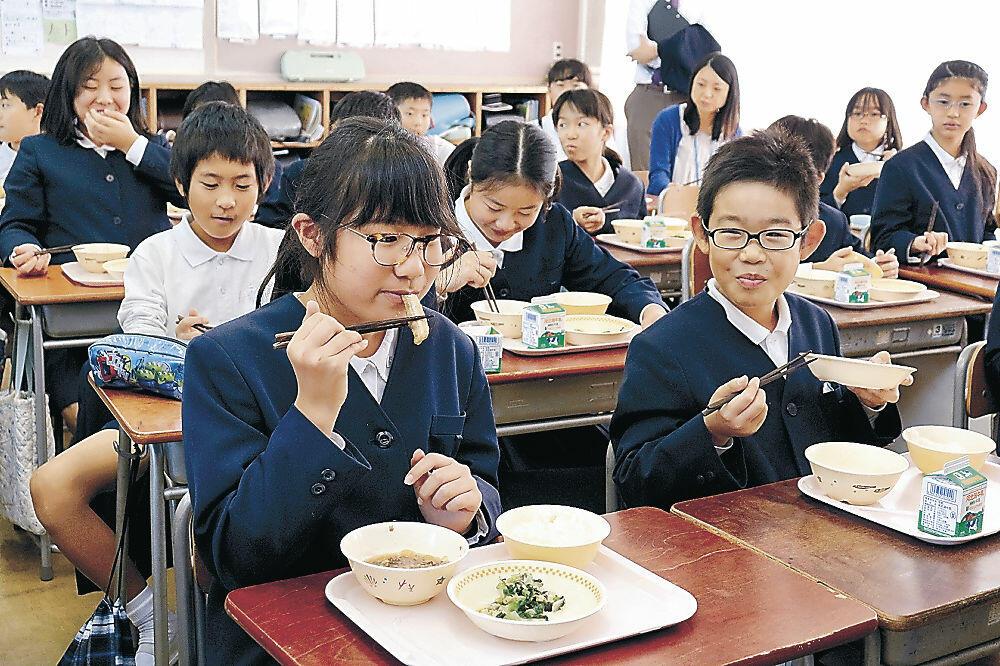 メギスの唐揚げを味わう児童=米泉小