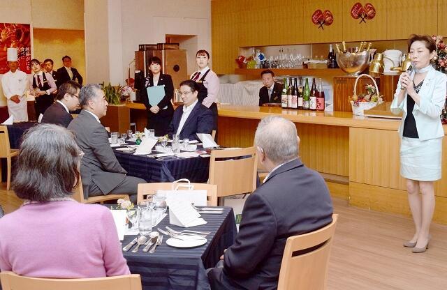 「越前福井GO宴フェア」の特別イベントで、福井の地酒と食をPRする友田さん(右)=11月11日、東京都千代田区の「レストラン アイリス」