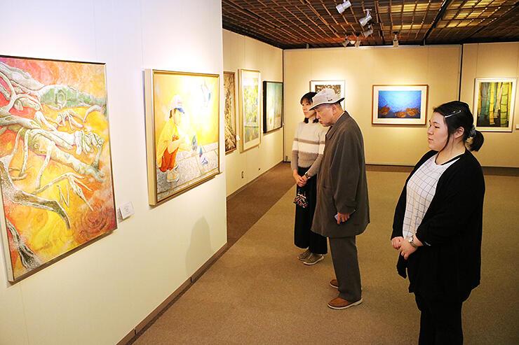 絵画など多彩な作品が並ぶ記念展