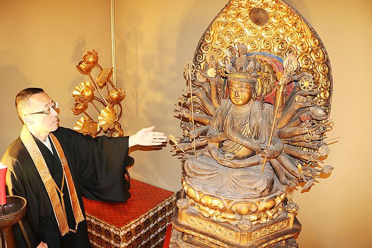 改装した収蔵庫で特別公開する木造千手観音坐像