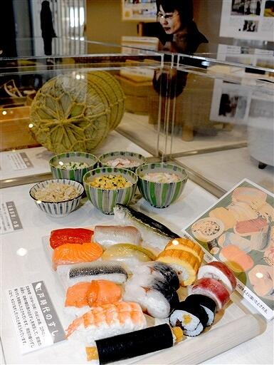 江戸時代の大ぶりなにぎりずしのレプリカなどが並ぶ企画展=福井県小浜市食文化館