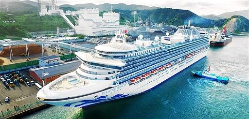 敦賀港に初寄港した大型クルーズ客船「ダイヤモンド・プリンセス」=2017年9月、福井県敦賀港上空から