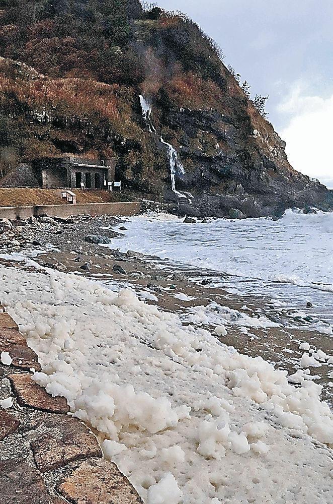 海岸に流れる波の花=輪島市町野町曽々木