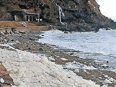 冬の風物詩 輪島・曽々木海岸で波の花