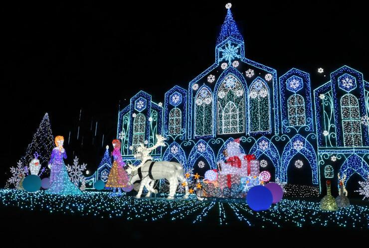 氷の城やトナカイ、サンタクロースなどをかたどった電飾=14日午後5時43分