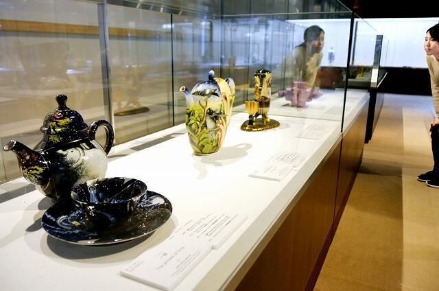 美を追求した国内外の陶芸作品約100点が並ぶ「うつわドラマチック展」=福井県越前町の福井県陶芸館