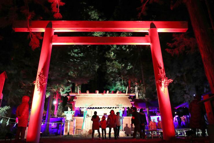 式年遷宮祭が始まりライトアップされた仁科神明宮=15日午後7時20分、大町市