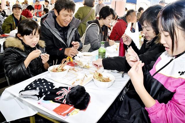 セイコガニ汁を味わう家族連れ=11月16日、福井県越前町厨の道の駅「越前」