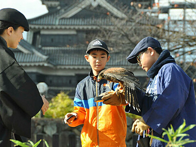 鷹狩り、文化や歴史知って 松本城で保存会が調教術披露