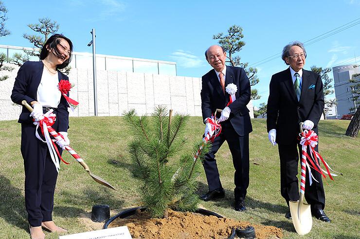 苗木を植える(左から)東代表補佐、石井知事、中西館長=高志の国文学館
