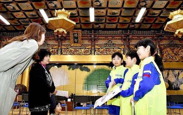 寺町通り周辺の寺院を案内する子どもたち=11月16日、福井県大野市錦町の誓念寺