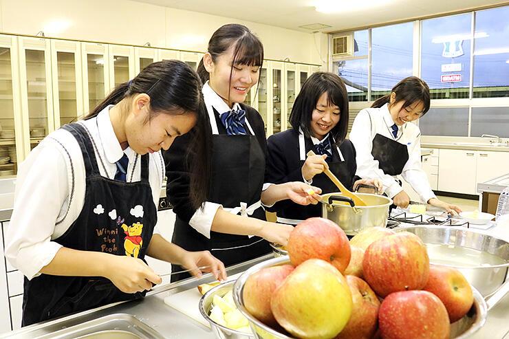 リンゴバターを作る生徒たち
