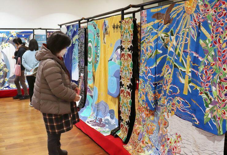 世界の国々を描いた色鮮やかな着物が並ぶ「きものの祭典in十日町」の展示会場=十日町市の「段十ろう」