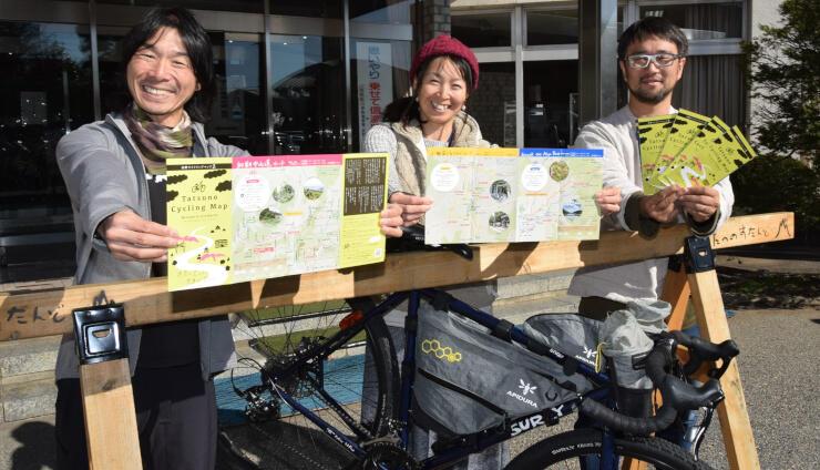 新しいマップをPRする(左から)小口良平さん、麻利子さん、赤羽さん