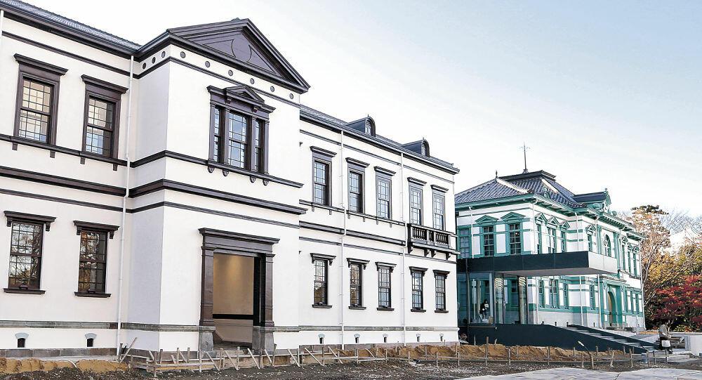 金沢偕行社(右)と第九師団司令部庁舎を再現した国立工芸館=金沢市出羽町