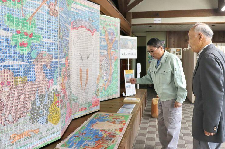 伊藤若冲の屛風絵を鮮やかに表現した切手のはり絵=長岡市島崎