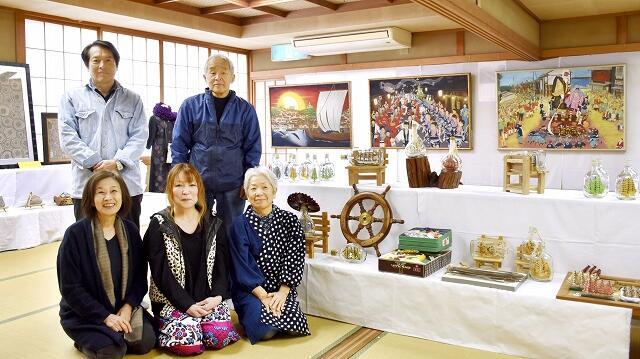 作品を展示している安島の5人の作家=11月18日、福井県坂井市の安島ふれあいセンター