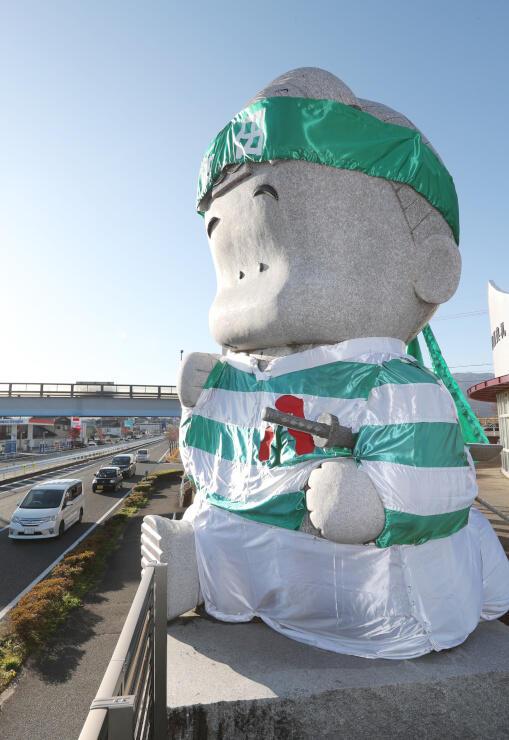 飯田高校ラグビー班のジャージー姿になった石像=21日、飯田市