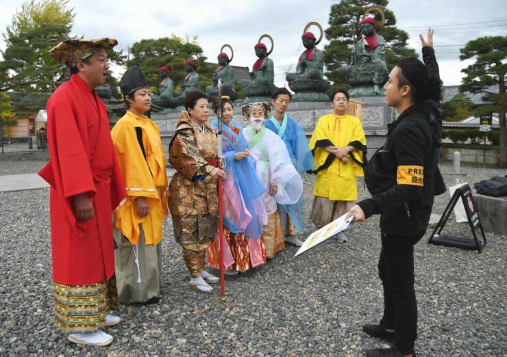 善光寺境内でのオープニング映像の撮影で、ポーズについて指導を受ける七福神たち