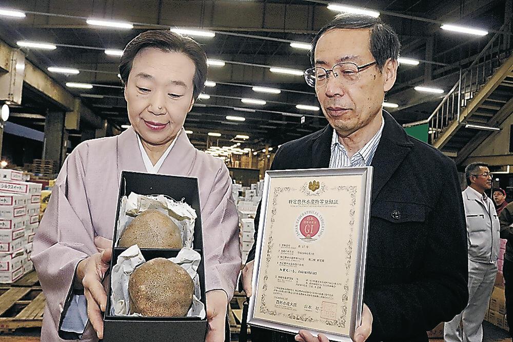 2個2万円で競り落とされた加賀丸いものプレミアム=金沢市中央卸売市場