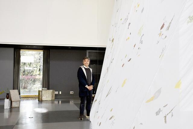 個展「トコロマ」を開いている加藤将司さん=11月21日、福井県あわら市金津創作の森美術館