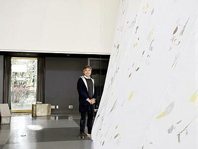 墓石や布が斬新アートに 金津創作の森美術館で展示