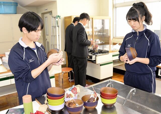 カフェ開店のため備品を準備する生徒=11月15日、福井県小浜市の若狭東高
