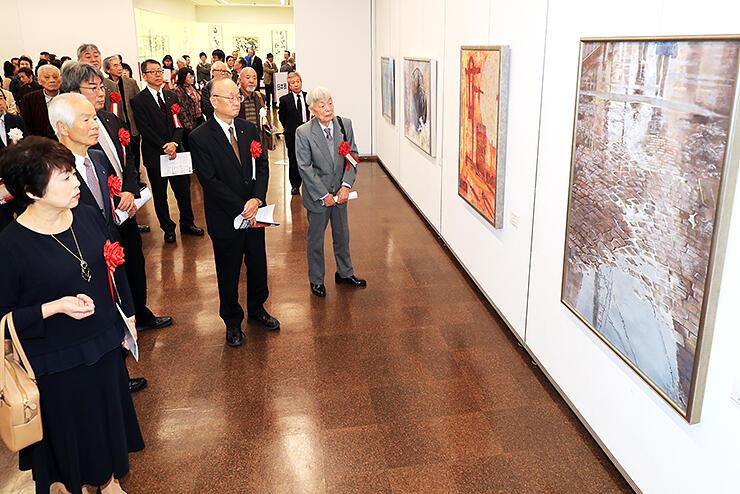 独自の表現を追求した日本画が並ぶ会場=県民会館