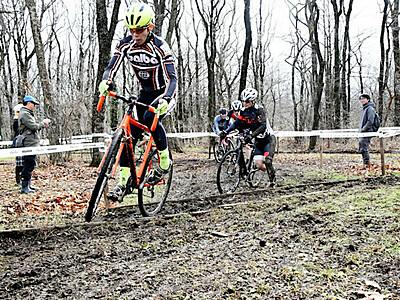 野辺山で「シクロクロス」国際大会 600人、泥まみれで力走