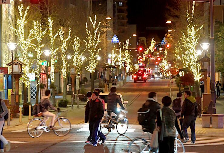 中心市街地を電飾で彩る「善光寺表参道イルミネーション」=23日午後7時19分、長野市の中央通り