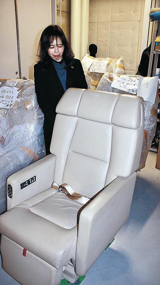 県立航空プラザに搬入された「空の貴賓室」のシート=小松市内
