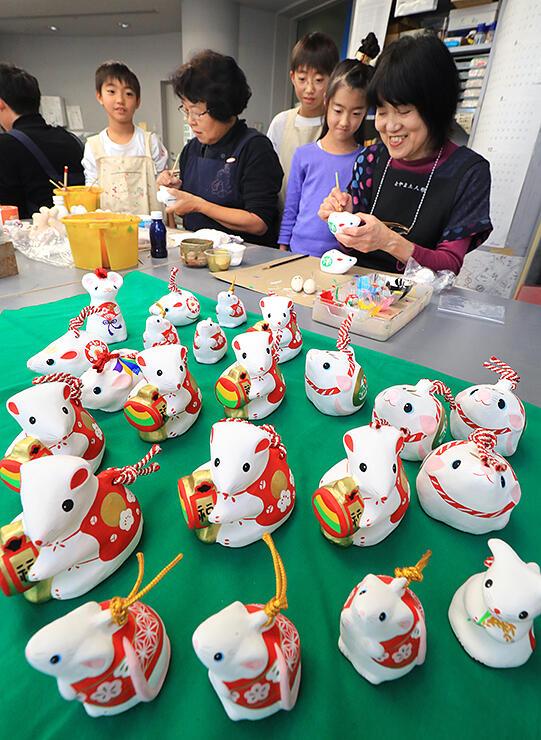 かわいいネズミの土鈴が並ぶ工房=とやま土人形工房