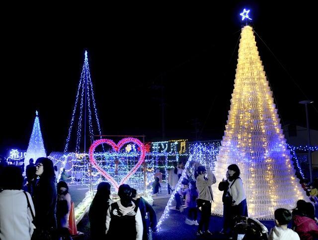 ライトアップされたペットボトルツリーなどのイルミネーション=11月23日夜、福井県小浜市今富公民館