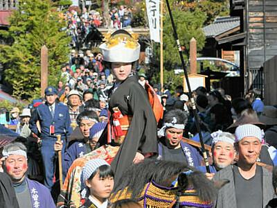 江戸時代の装束で練り歩き 妻籠宿「文化文政風俗絵巻之行列」